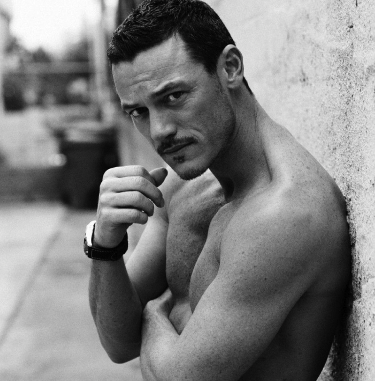 luke-evans-shirtless-768x780