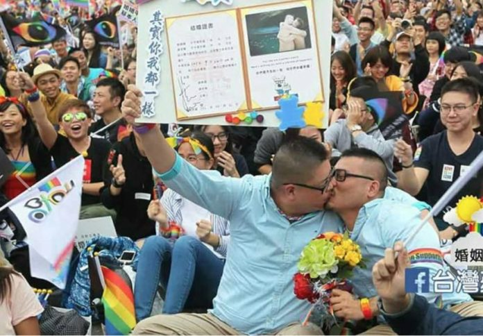 τύπος εξαπατηθεί σε γκέι σεξ asmr μασάζ πορνό