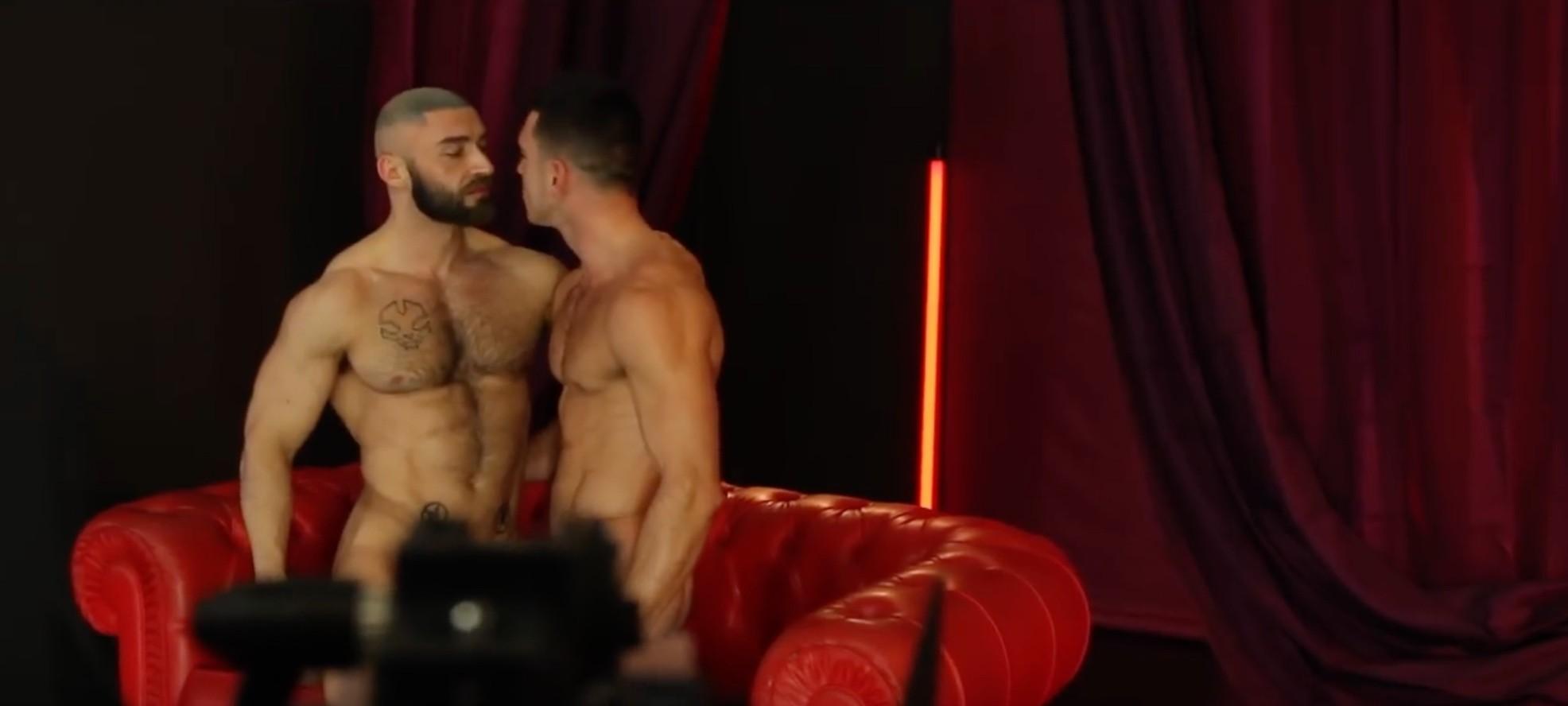 ενδιαφέρον γκέι πορνό Ebony τραβεστί όργιο