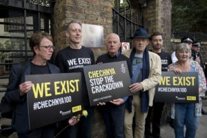 Ο ηθοποιός Ian McKellen σε διαμαρτυρία για την Τσετσενία, έξω από την Ρώσικη Πρεσβεία του Λονδίνου τον Ιούνιο του 2017, (Justin Tallis/AFP/Getty)