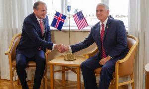 Ο Ισλανδός πρόεδρος Γιοχάνεσον φορά ένα βραχιολάκι με τα χρώματα του ουράνιου τόξου στη συνάντησή του με τον αντιπρόεδρο των ΗΠΑ Πενς στο Χοέβθι του Ρέικιαβικ. Φωτογραφία: Geirix/Reuters