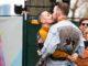 Ομάδα στρέιτ ανδρών χλευάζει δημοσίως ΛΟΑΤ άτομα έξω από γκέι μπαρ