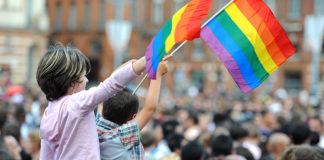 """Ένας στους τέσσερις γονείς """"δε θα αισθανόταν περήφανο να έχει ένα ΛΟΑΤΚ παιδί"""""""