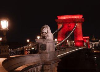 Στα κόκκινα για την Παγκόσμια Ημέρα AIDS/HIV η γέφυρα των Αλυσίδων