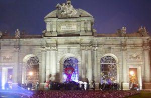 Τεράστια κόκκινη κορδέλα στη Μαδρίτη για την Παγκόσμια Ημέρα AIDS/HIV