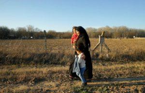 Μια μητέρα με τα δύο της παιδιά, ανάμεσα στους χιλιάδες πρόσφυγες και μετανάστες, που όπως αναφέρεται , κατευθύνθηκαν προς τα σύνορα τις τελευταίες ημέρες. © REUTERS