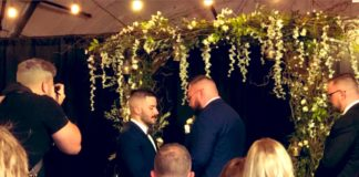 Ο γκέι επαγγελματίας παλαιστής Parrow παντρεύτηκε με τον σύντροφό του