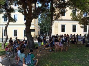 Δευτέρα 24 Αυγούστου, κτίριο 16, δικαστήρια της Ευελπίδων για τον Ηλία του συνελήφθη στα Εξάρχεια.