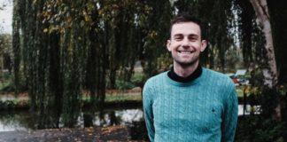 Απολύθηκε για κακοποίηση σε τρανς μαθητή και κατηγορεί τη «ΛΟΑΤ+ μαφία»